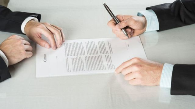На какой срок заключается срочный трудовой договор и как он может расторгаться?