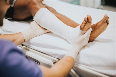 Возможно ли увольнение работника во время больничного: как происходит начисление пособий и компенсаций?