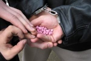 Незаконный сбыт наркотиков: понятие, ответственность по нормам УК РФ за продажу через интернет и покушение на преступление. Что такое закладка и какой срок дают за нее?