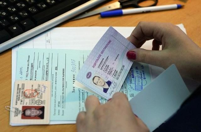 Нужно ли менять права при смене фамилии? В течение какого времени делают, какие документы надо обязательно собрать, каков срок ожидания водительского удостоверения?