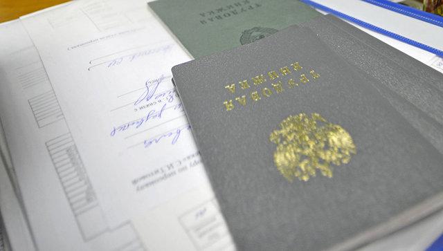 Правила изменения даты рождения в трудовой книжке работника: порядок исправления ошибки и образец записи
