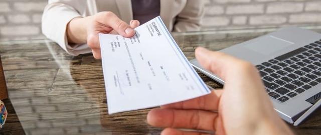 Компенсация за задержку заработной платы: расчет, бухгалтерские проводки по начислению