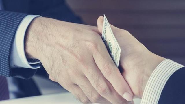 Получение взятки должностным лицом: уголовная ответственность по статье 290 УК РФ